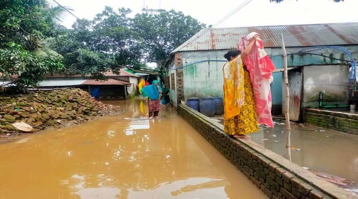 গাজীপুরের কাশিমপুর নয়াপাড়ায় শতশত মানুষ পানি বন্ধী